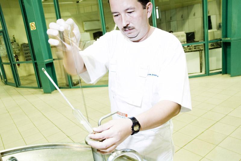 An employee performing quality control at the macro brewery, photo: Rafał Milach / Przekrój / Forum
