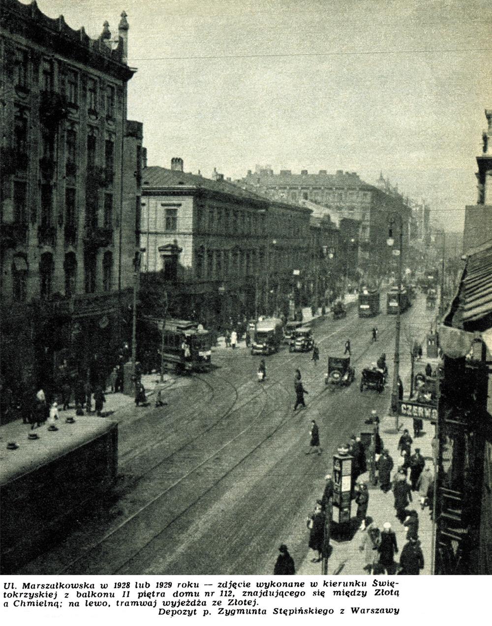 """Ulica Marszałkowska w 1928 lub 1929 roku – zdjęcie wykonane w kierunku Świętokrzyskiej z balkonu II piętra domu nr 112, znajdującego się między Złotą a Chmielną; na lewo tramwaj wyjeżdża ze Złotej. Fot. Tygodnik """"Stolica"""", depozyt Zygmunta Stępińskiego"""