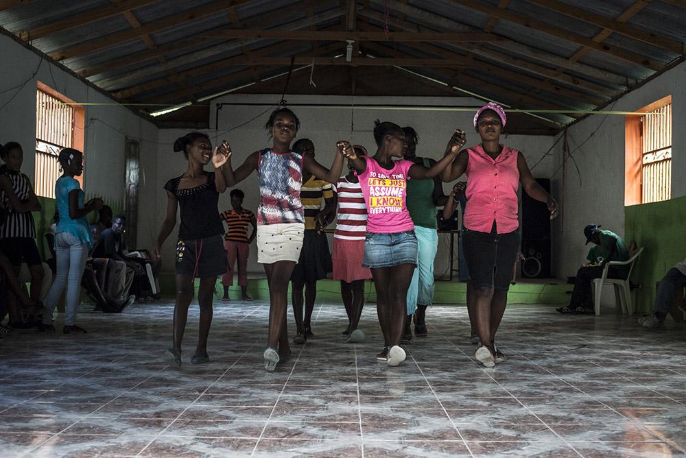 """C.T. Jasper, Joanna Malinowska, """"Halka/Haiti. 18°48'05""""N 72°23'01""""W"""", 2015. Podczas warsztatów tanecznych z mieszkańcami Cazale, fot. Bartosz Górka."""