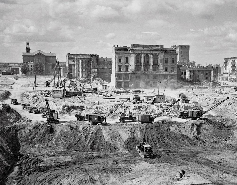Wykop pod fundamenty PKiN. W tle budynki, od wyburzenia których na krótko odstąpiono. Pośrodku gmach przy ulicy Siennej 16, maj 1952. PAP/Zdzisław Wdowiński