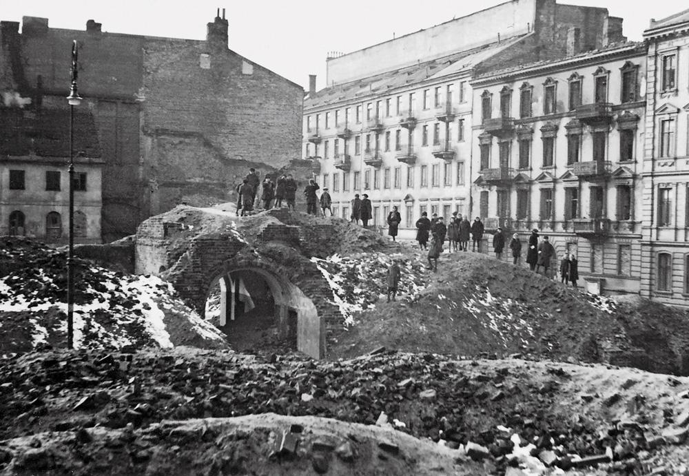 Od prawej: wypalona kamienica pod numerem 4, dalej Śliska 6/8. Na pierwszym planie ruiny z przejazdem bramnym kamienicy przy Siennej 10. Zdjęcie, zrobione w 1942 lub 1943 roku. Fot. Wikimedia Commons