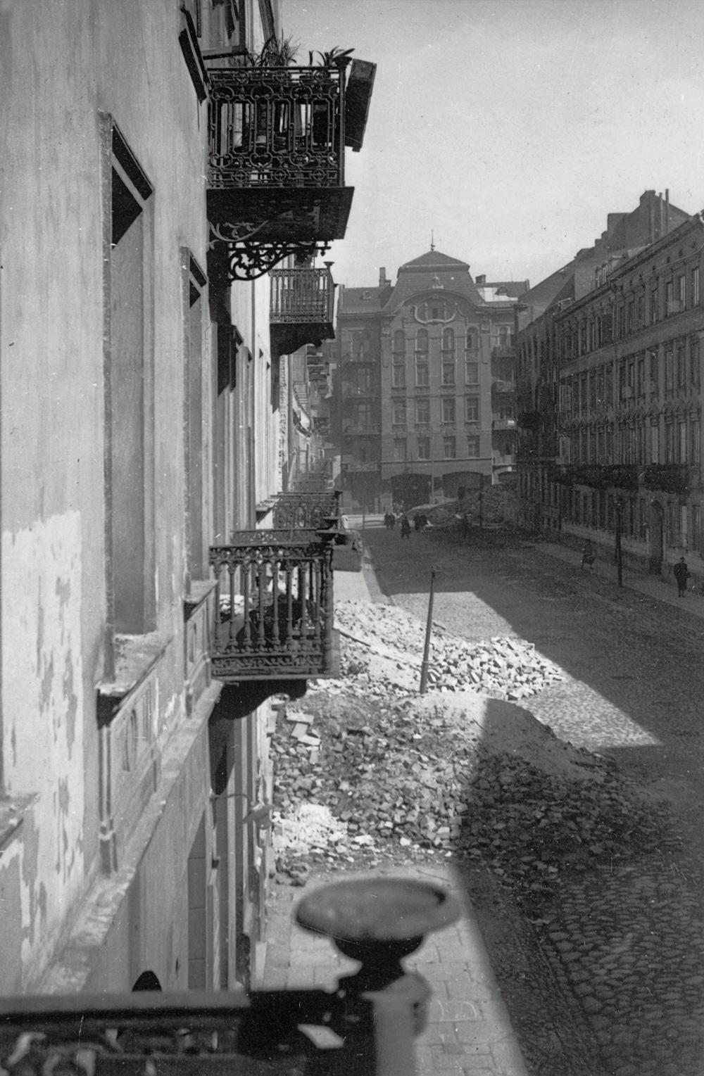 Ulica Śliska w kierunku wschodnim, jesień 1939 roku. Z lewej elewacja kamienicy pod numerem 12 i gruzy Śliskiej 10. Perspektywę zamyka dom przy Wielkiej 18. Fot. Zbiory rodzinne Jana Kobuszewskiego