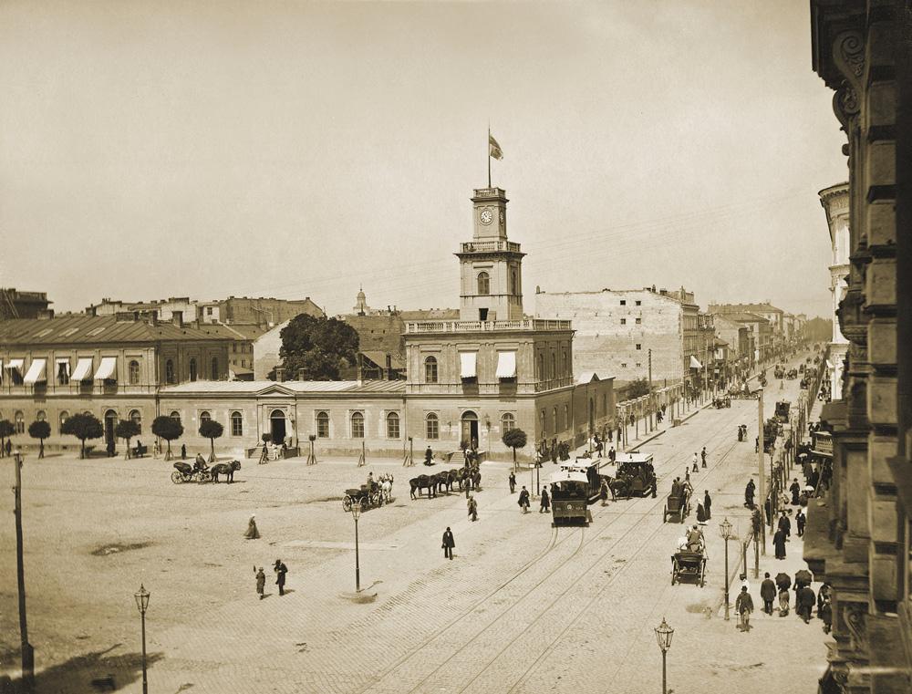Widok Dworca Warszawsko-Wiedeńskiego i ulicy Marszałkowskiej w kierunku Ogrodu Saskiego, 1890. Fot. Konrad Brandel, Muzeum Warszawy