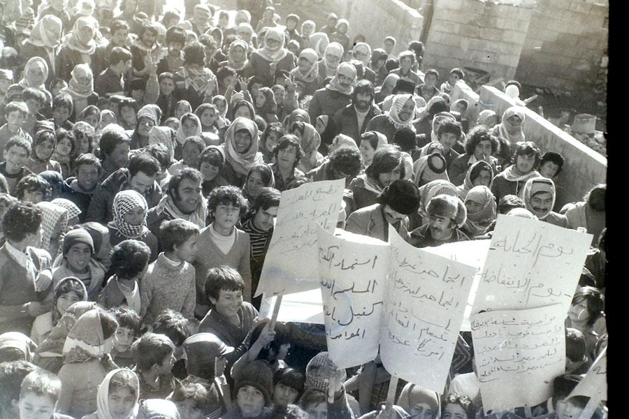 """Demonstracja przeciw polityce Anwara Sadata, Liban 1979, , fotografia z projektu Anny Dąbrowskiej """"A Lebanese Archive"""", 2013, fot. z kol. Diab Alkarssifi / Book Works"""