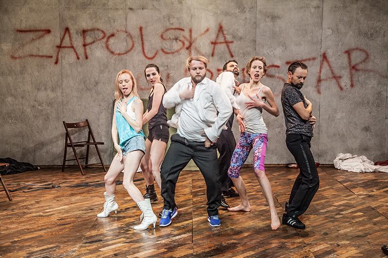 """Scena z przedstawienia  """"Zapolska Superstar (czyli jak przegrywać, żeby wygrać), reżyseria: Aneta Groszyńska, fot. NK"""