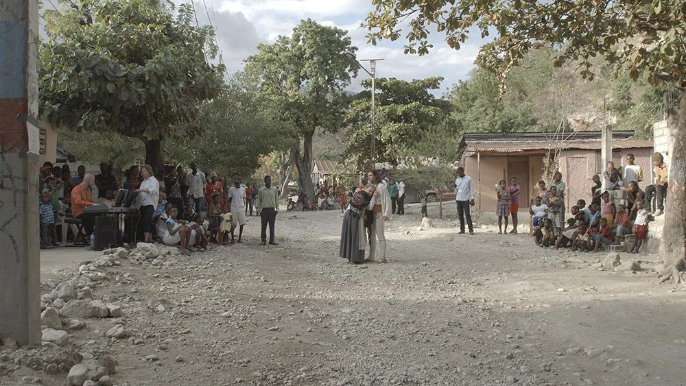 """C.T. Jasper, Joanna Malinowska, """"Halka/Haiti. 18°48'05""""N 72°23'01""""W"""", 2015. Kadr z wielokanałowej projekcji wideo, fot. Barbara Kaja Kaniewska, Mateusz Golis"""