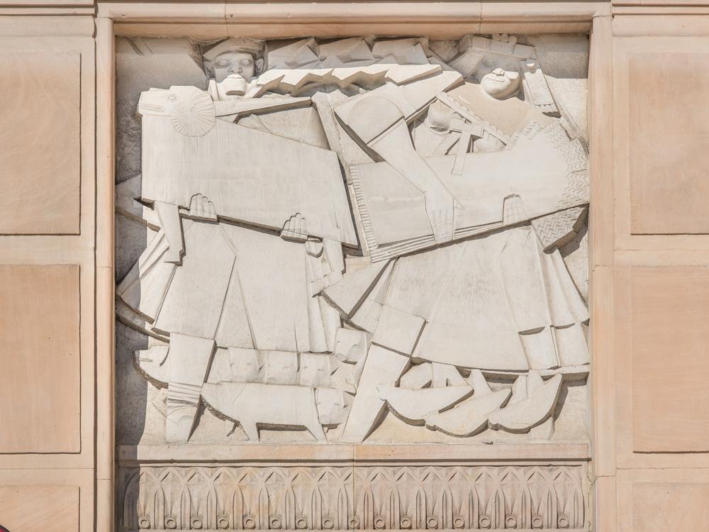 """Jan Ślusarczyk, """"Hodowla"""", 1953-56, Ministerstwo Finansów, ul. Świętokrzyska 12, Warszawa, fot. Szymon Rogiński / dzięki uprzejmości artysty"""