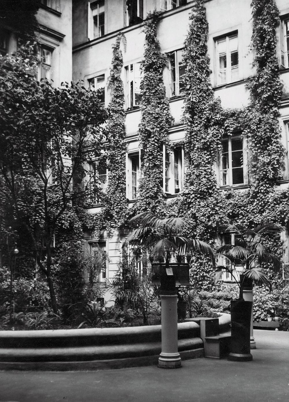 """Podwórko kamienicy przy Złotej 32, nagrodzone w konkursie """"Warszawa w kwiatach"""", 1932. Fot. Narodowe Archiwum Cyfrowe"""