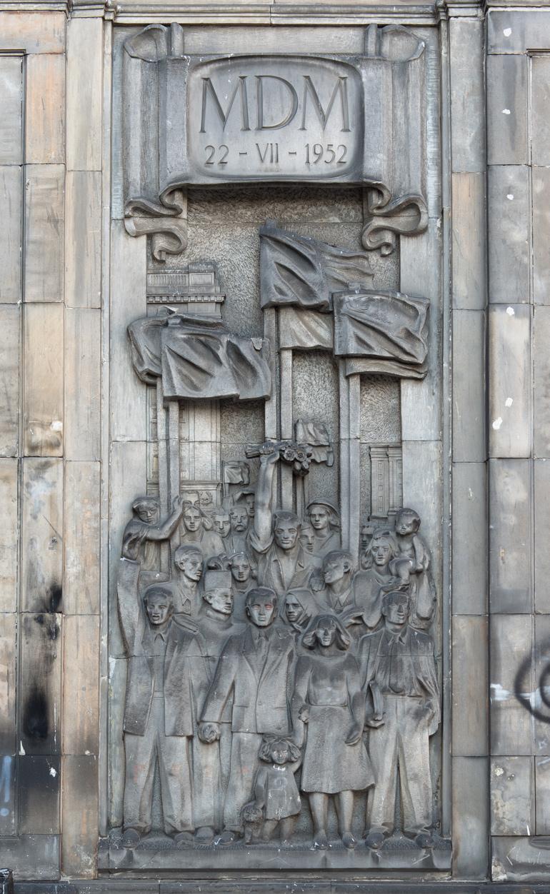 """Franciszek Habdas, """"Otwarcie MDM-u"""", 1952, pl. Konstytucji 3 (od strony ul. Waryńskiego), Warszawa, fot. Szymon Rogiński / dzięki uprzejmości artysty"""
