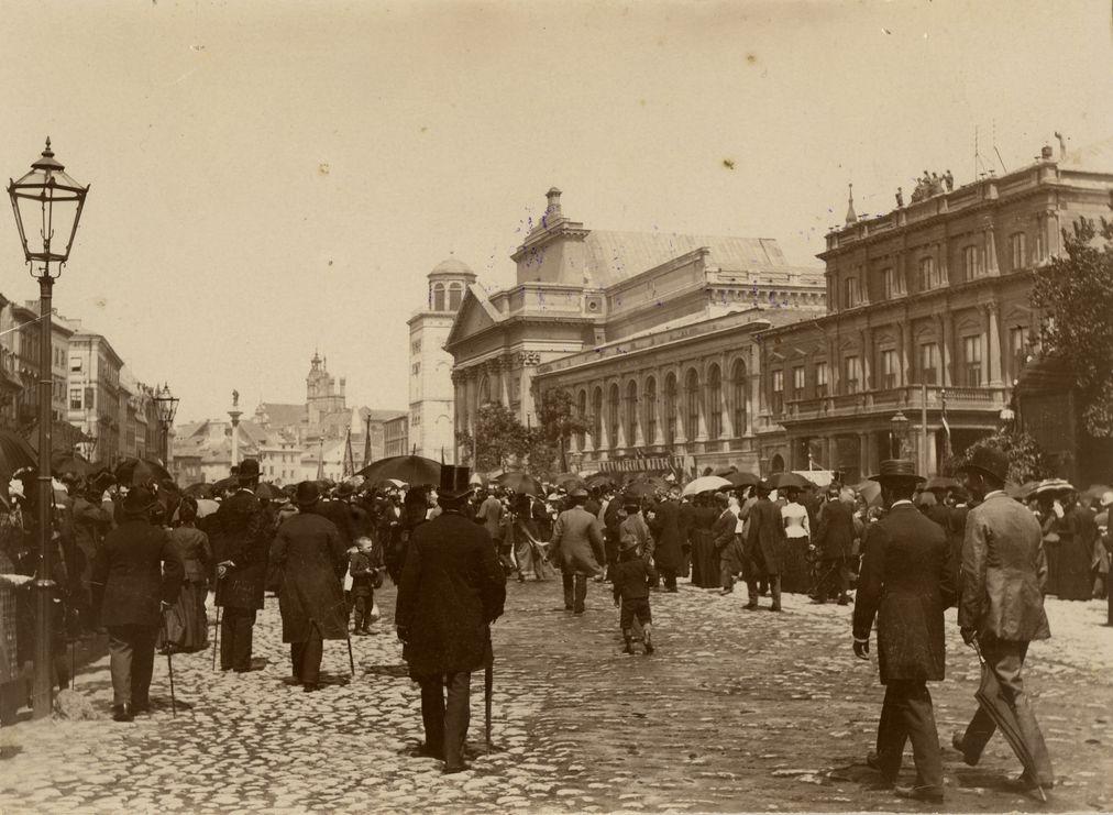 Konrad Brandel. Mieszkańcy Warszawy na Krakowskim Przedmieściu, ok. 1895.  Muzeum Warszawy