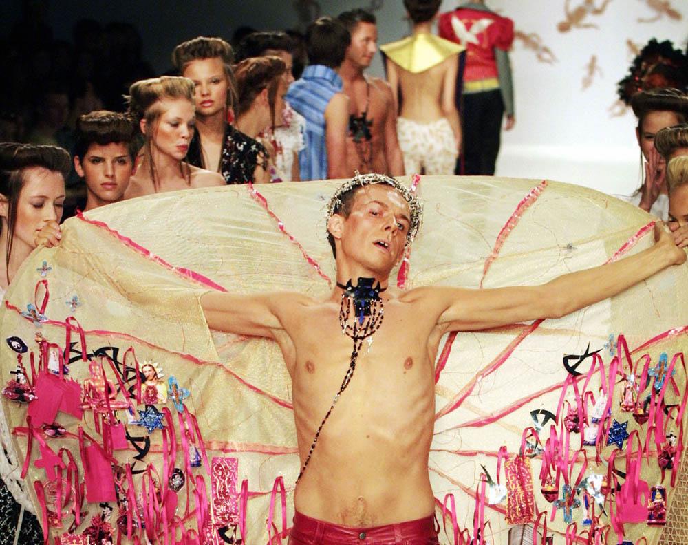 Arkadius, podczas pokazu swojej kolekcji, London Fashion Week, 2001, fot. Adrian Dennis AFP / East News