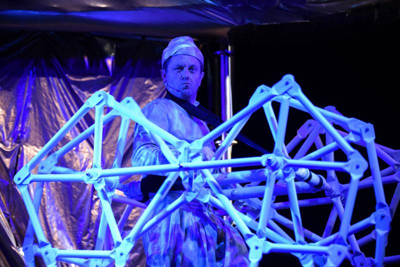 """""""Bajki robotów"""" w reżyserii Romualda Wiczy-Pokojskiego, fot. Piotr Pędziszewski/Teatr Miniatura"""