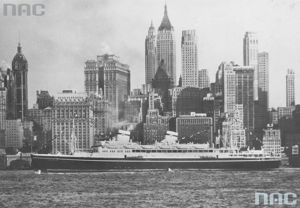 The MS Batory among the backdrop of New York skyscrapers, photo: Illustrated Daily Courier - Illustration Archive/ NAC/ www.audiovis.nac.gov.pl