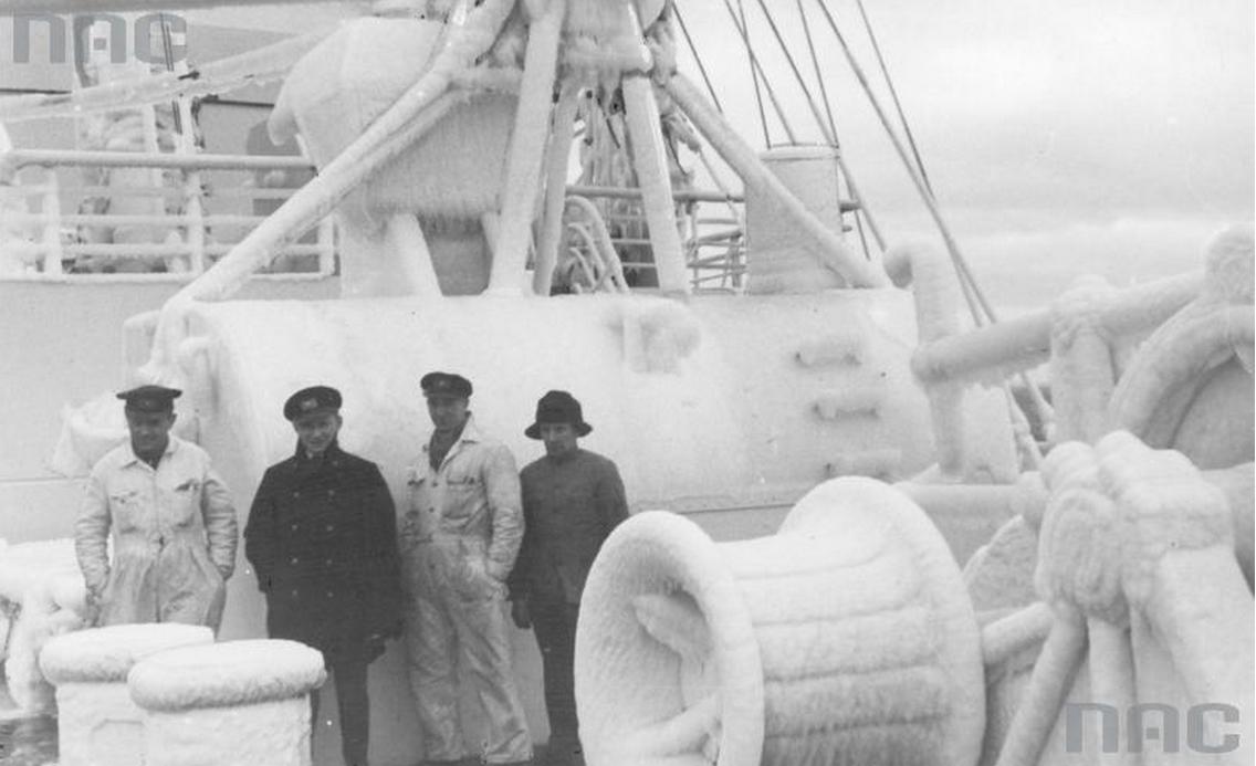 """Załoga """"Batorego"""" na oblodzonym pokładzie statku w zimie, 1937, fot. Kazimierz Borkowski / Narodowe Archiwum Cyfrowe / www.audiovis.nac.gov.pl"""
