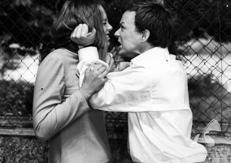 """Kadr z filmu """"Skok"""", reżyseria: 1967. Na zdjęciu: Małgorzata Braunek i Marian Opania, fot. Studio Filmowe Kadr / Filmoteka Narodowa/www.fototeka.fn.org.pl"""