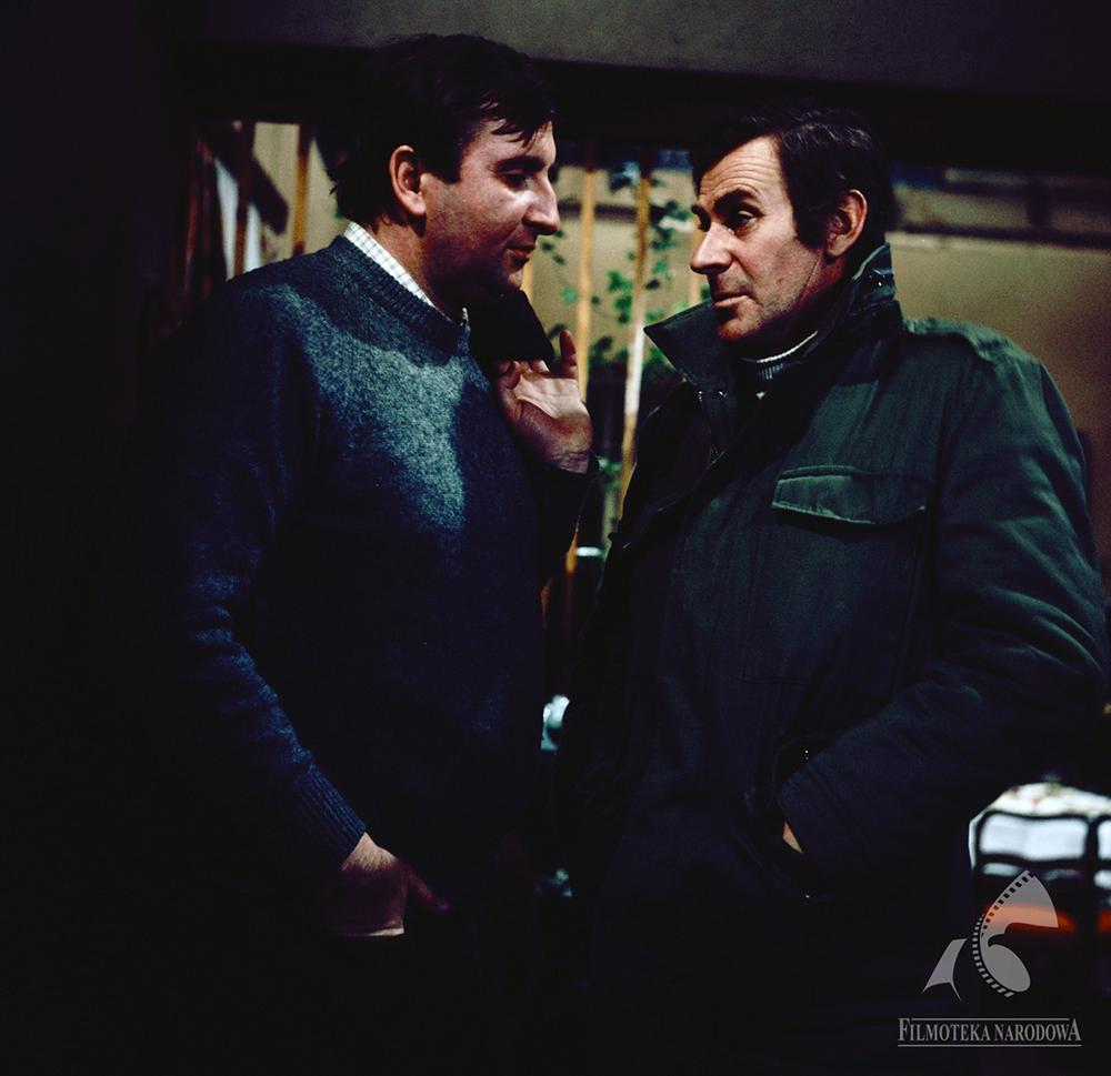 """Kadr z filmu """"Brunet wieczorową porą"""", reżyseria: Stanisław Bareja, 1976. Na zdjęciu:  Krzysztof Kowalewski, Wiesław Gołas, fot. Troszczyński Jerzy/Filmoteka Narodowa/www.fototeka.fn.org.pl"""