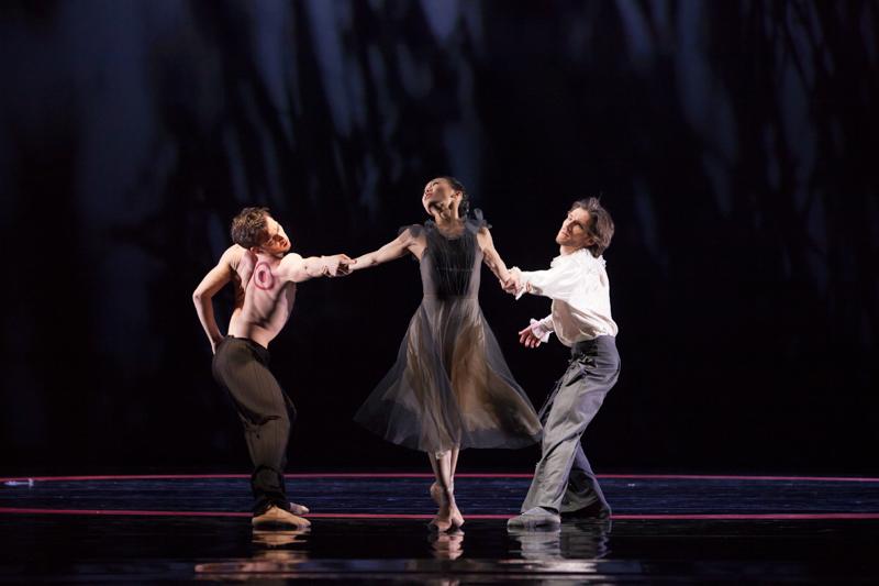 Paweł Koncewoj (Caliban), Yuka Ebihara (Miranda) i Vladimir Yaroshenko (Prospero), fot. E. Krasucka/Teatr Wielki – Opera Narodowa