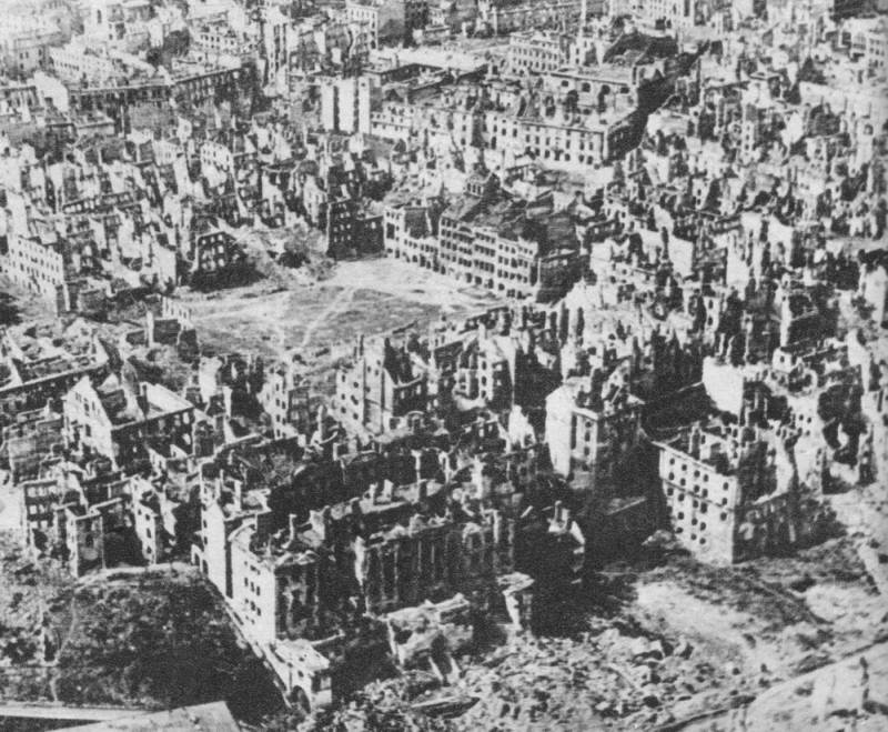 Warsaw in January 1945 - the Old Town after Warsaw Uprising; photo: Wikipedia