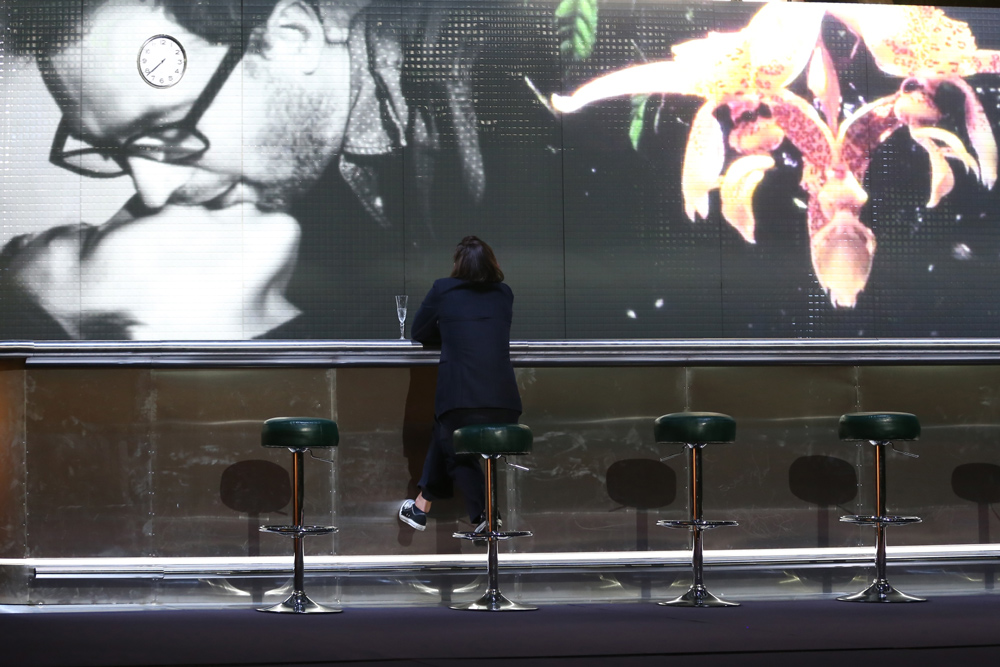 """Scena z przedstawienia """"Francuzi"""" w reżyserii Krzysztofa Warlikowskiego, 2015, fot. Tal Bitton / Nowy Teatr"""