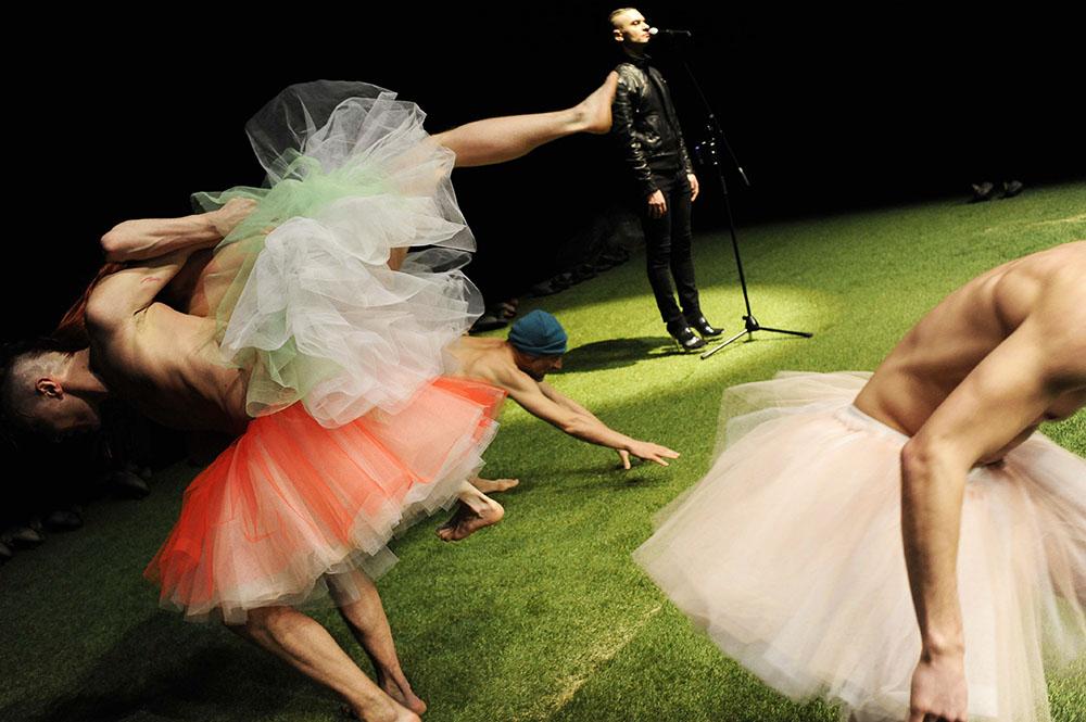 """Zdjęcie z przedstawienia """"Freaks"""" Pink Mama Theatre, fot. Herman Posch"""
