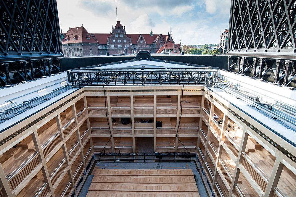 Widok na scenę Teatru Szekspirowskiego przez otwarty dach budynku, fot. Dawid Linkowski