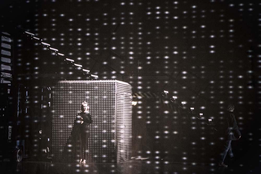 """Scena z przedstawienia """"G.E.N"""" w reżyserii Grzegorza Jarzyny, fot. Magda Hueckel / TR Warszawa"""