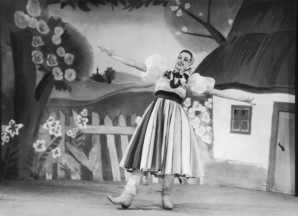 Helena Grossówna in the Little Qui Pro Quo cabaret, Warsaw, 1939, photo: Stanisław Brzozowski, www.audiovis.nac.gov.pl (NAC)