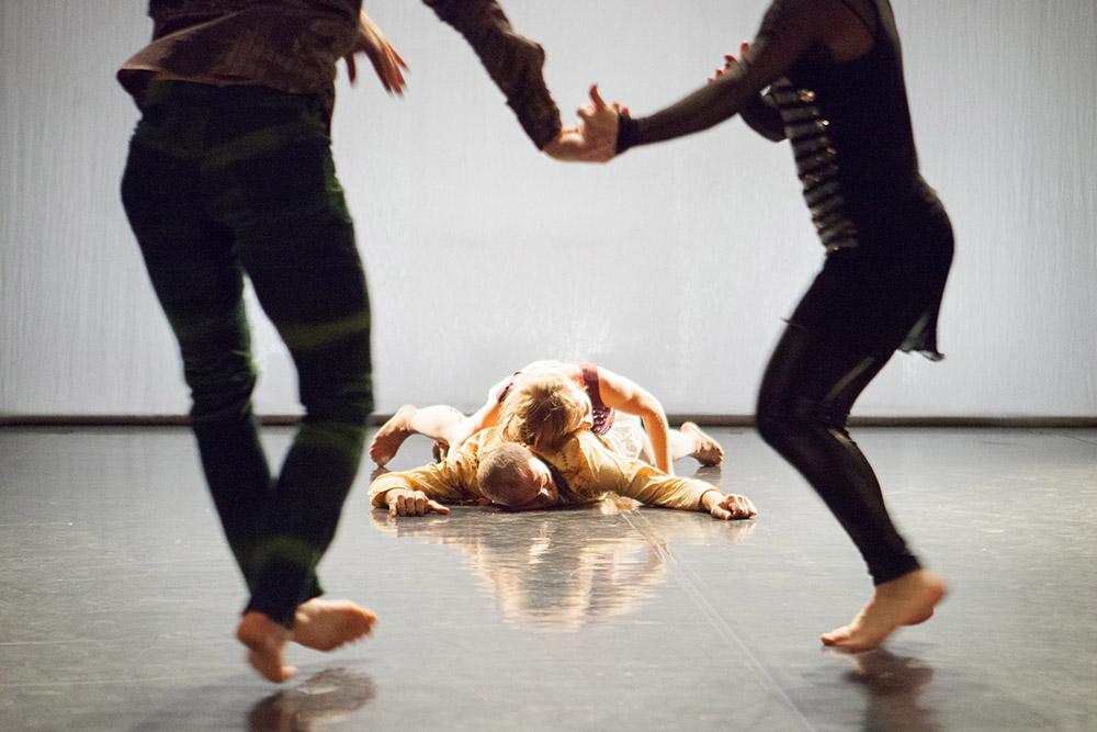 """Zdjęcie z przedstawienia """"Historie, których nigdy nie opowiedzieliśmy"""" Lubelskiego Teatru Tańca, fot. Maciej Rukasz / Centrum Kultury w Lublinie"""