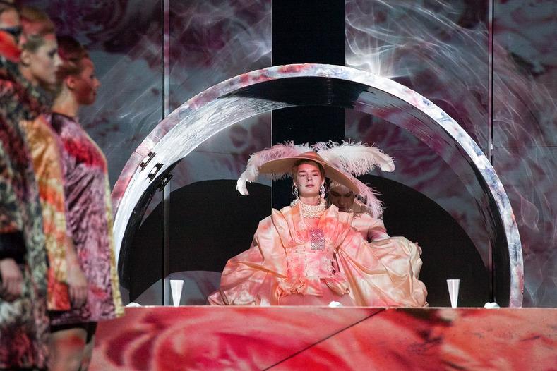 """Scena z przedstawienia """"Iwona, księżniczka Burgunda"""" w reżyserii Grzegorza Jarzyny, 2016, Teatr Narodów w Moskwie, fot. Maria Zayvy"""