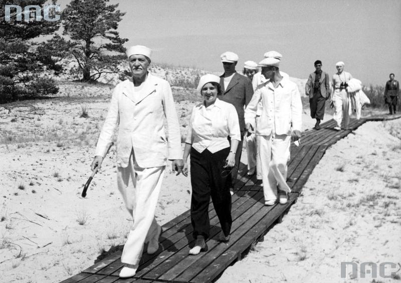 Prezydent RP Ignacy Mościcki z żoną Marią wracają z plaży. Za prezydentem idzie m.in. jego adiutant kpt. Stefan Kryński, lipiec 1937, fot. Witold Pikiel