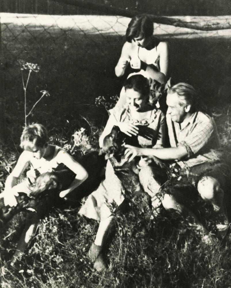 Konstanty Ildefons Gałczyński z żoną i córką w leśniczówce, Pranie, 1950, reprodukcja: FoKa / Forum