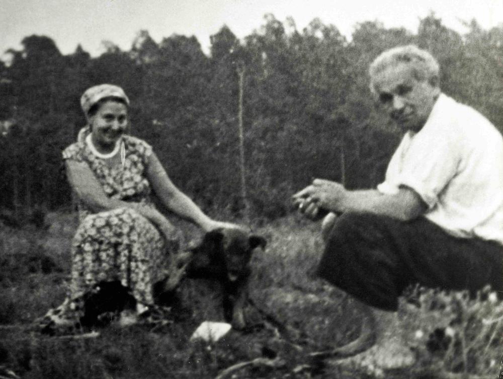 Konstanty Ildefons Gałczyński z żoną Natalią w leśniczówce Pranie, pocz. lat 50. Reprodukcja: FoKa / Forum