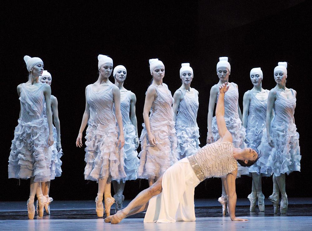 """Zdjęcie z przedstawienia """"Tristan"""" w reżyserii Krzysztofa Pastora, kostiumy - Maciej Zień, Teatr Wielki Opera narodowa, 2009, fot. Jan Rolke / Forum"""