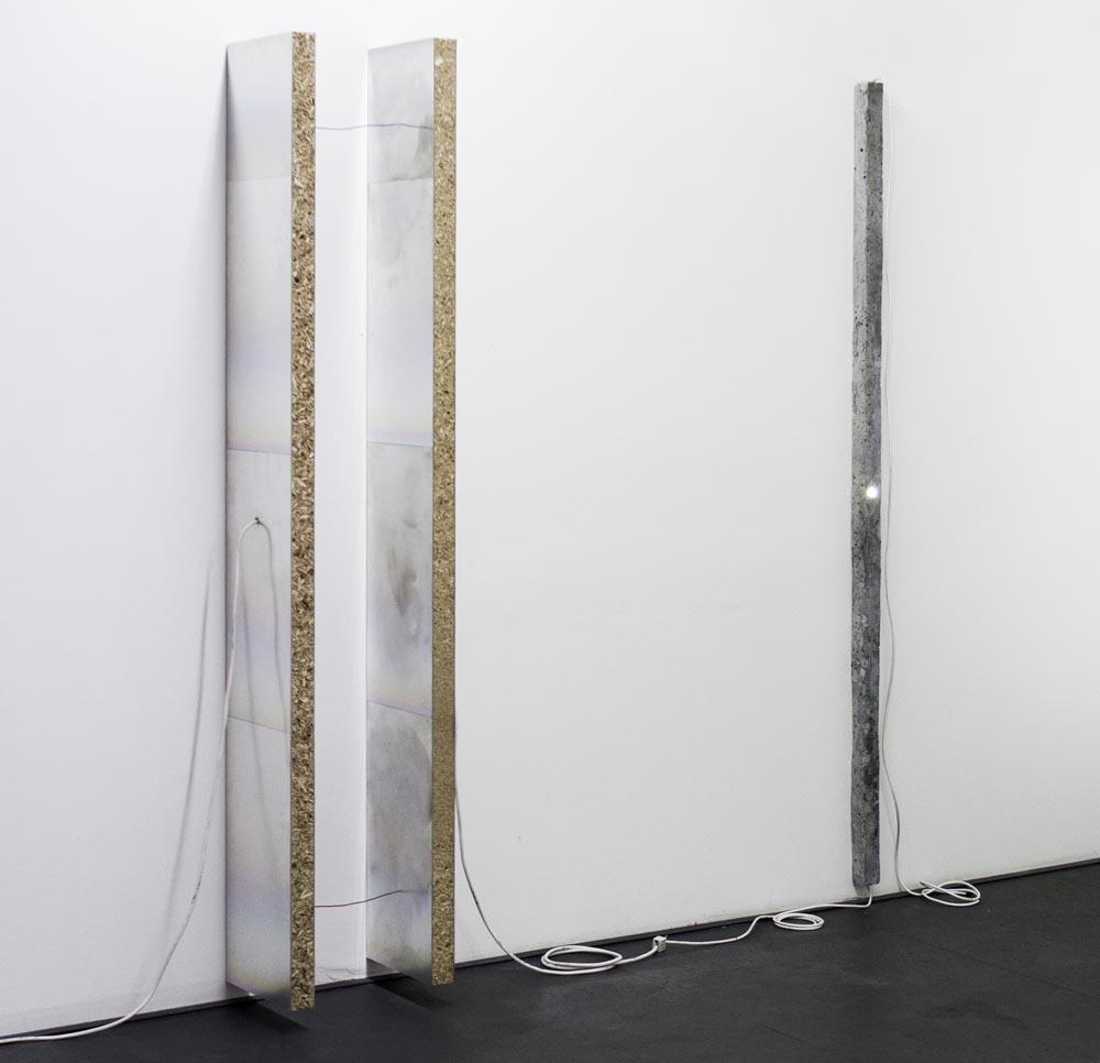 """Piotr Łakomy, """"Bez tytułu"""" (Jednak nie ma ułamków, świat jest liczbą całkowitą Tak jak my); aluminiowe płyty drukarskie, półki IKEA, pianka izolacyjna, żarówka LED, kable, wymiary różne, Galeria Stereo, fot. WGW"""