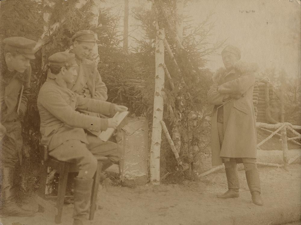 Leopold Gottlieb drawing a portrait of Lt. Stanisław Kruk-Schuster in Volhynia by the Garbach River, 1916, KARTA Center Foundation / courtesy POLIN Museum