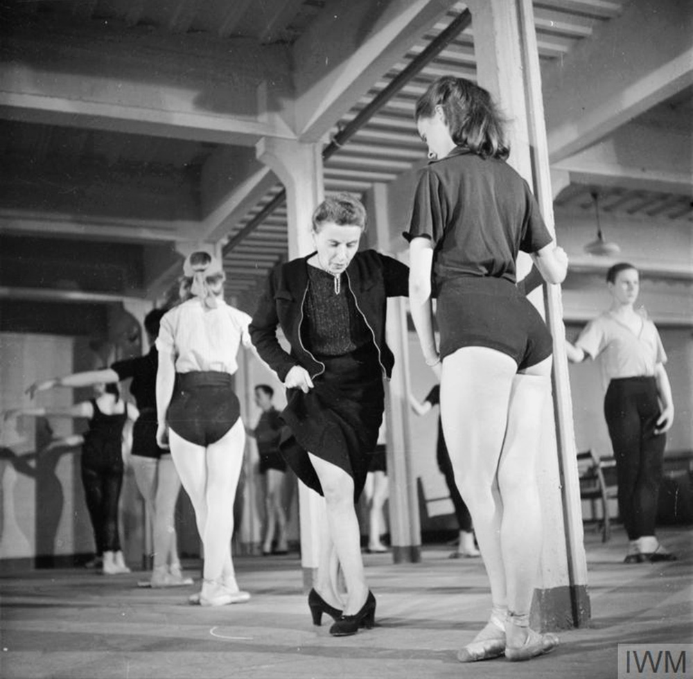 Marie Rambert and Sally Gilmour during rehearsal in Ballet Rambert, 1943, photo: IWM (D 14038) / Ministry of Information Photo Division