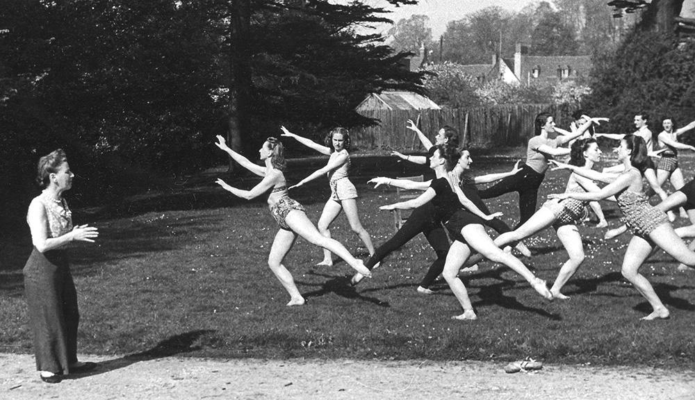 "Marie Rambert podczas próby przedstawienia ""Giselle"", Salisbury, 1945, fot. The Royal Academy of Dance/ArenaPAL/Forum"