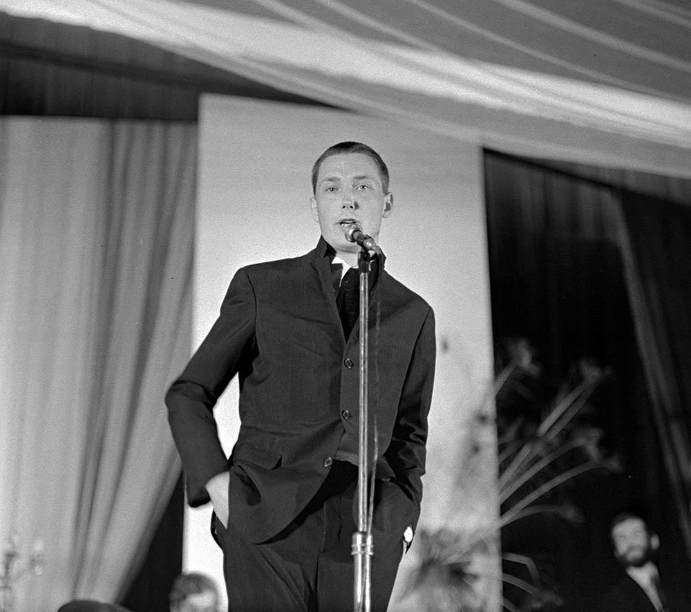 Wojciech Młynarski podczas Festiwalu Piosenki Polskiej w Opolu, 1969, fot. Aleksander Jałosiński/Forum