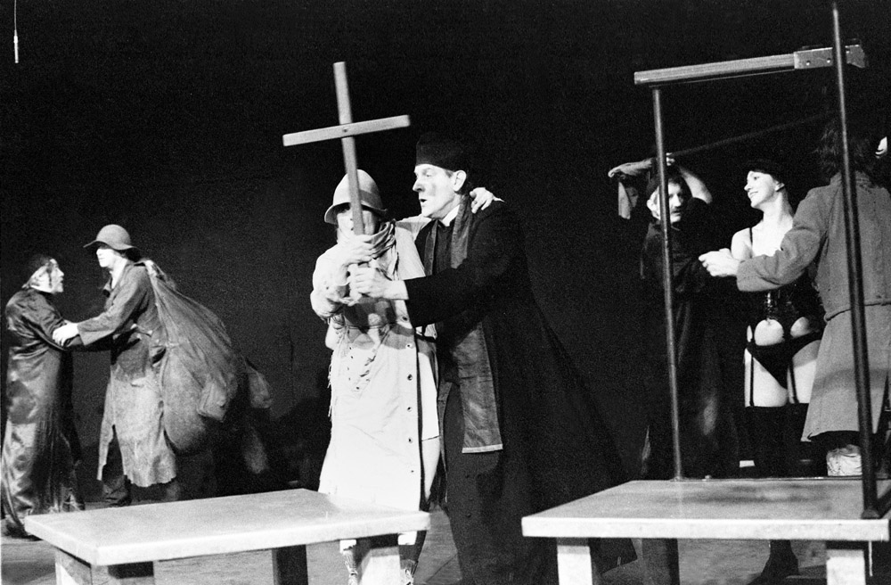 """Scena z przedstawienia """"Nigdy tu już nie powrócę..."""" Tadeusza Kantora, Teatr Cricot 2, klub studencki Stodoła, Warszawa, 1990, fot. Aleksander Jałosiński / Forum"""