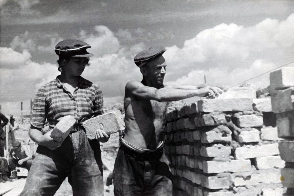 Pracownicy podczas odbudowy Starego Miasta, 1946 r., rep . FoKa / Forum , 1950 r.
