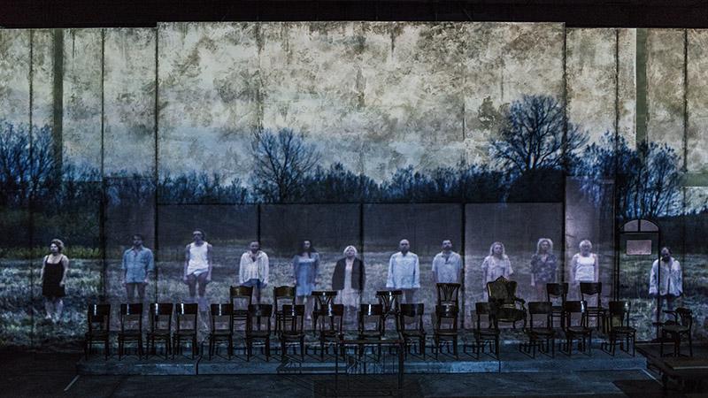 """Scena z przedstawienia """"Proces"""" w reżyserii Krystiana Lupy, 2017, fot. Magda Hueckel/Nowy Teatr w Warszawie"""
