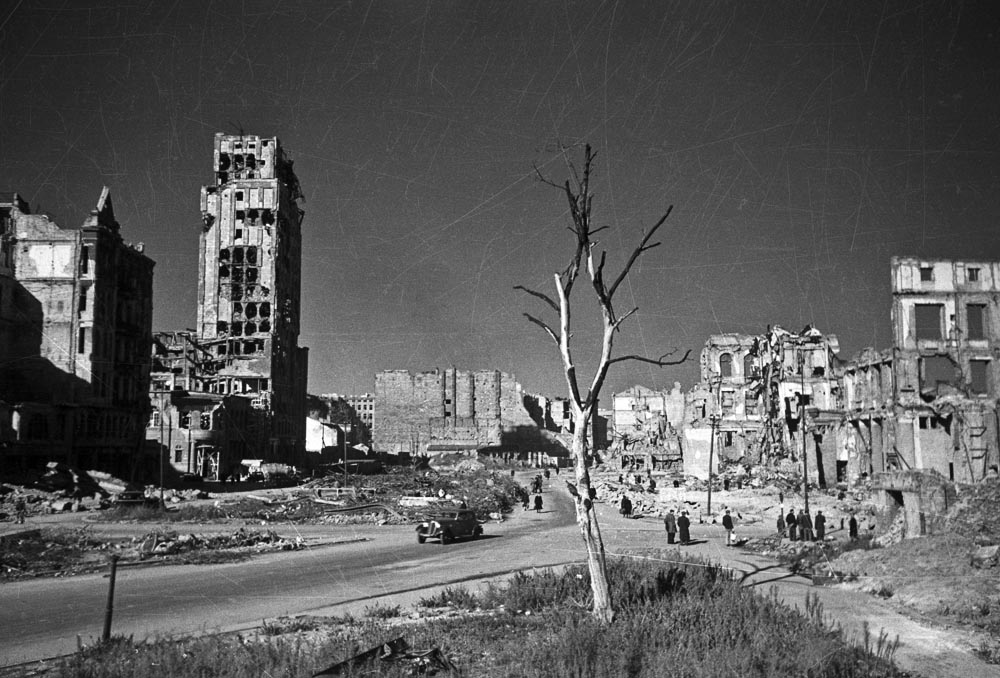Market Square in New Town, the St. Casimir Church to the left,1951, photo: Zbyszko Siemaszko/ Forum