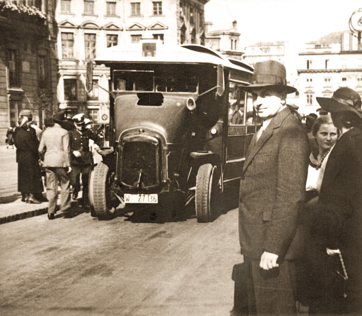 """A photograph from the album """"Warszawskie autobusy. Najpiękniejsze fotografie"""" of the Wydawnictwo RM publishing company. The Somua brand bus at the initial stop of the A line, on Teatralny square, 1932, from the collection of Dariusz Walczak, photo: courtesy of Wydawnictwo RM"""