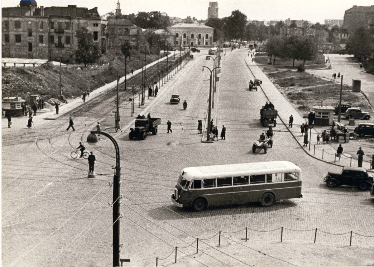 """A photograph from the album """"Warszawskie autobusy. Najpiękniejsze fotografie"""". The Mavag Tr 5 bus, from the collection of the Warsaw Tramway Archives, photo: courtesy of Wydawnictwo RM"""