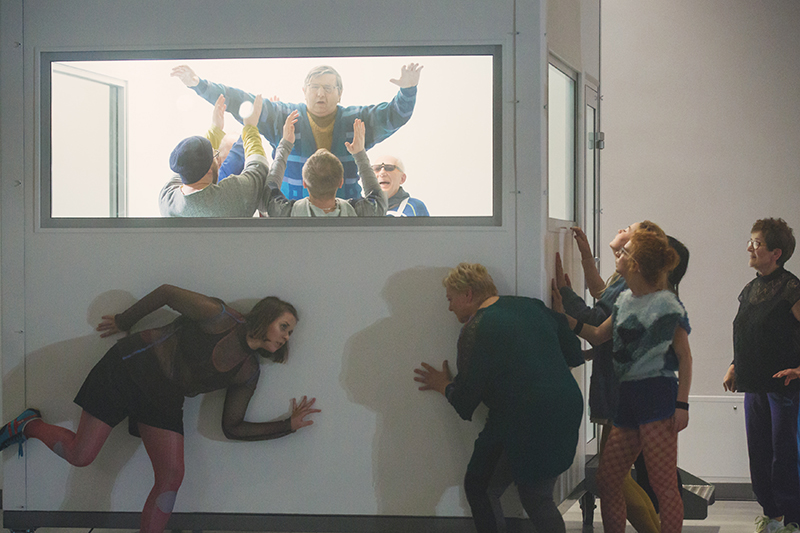 """Scena z przedstawienia """"Schubert. Romantyczna kompozycja na dwunastu wykonawców i kwartet smyczkowy"""", reżyseria: Magda Szpecht, fot. Kasia Chmura-Cegiełkowska"""