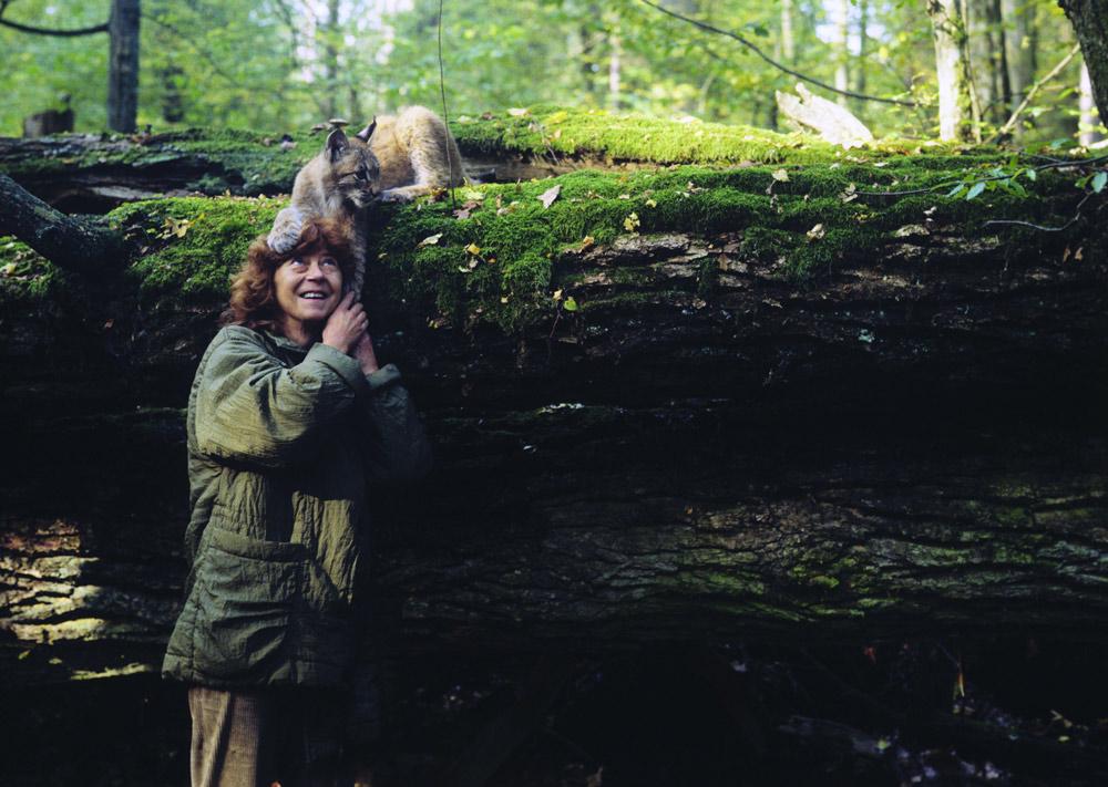 Simona z rysiczką Agatą, hodowaną na potrzeby filmu Jana Walencika, fot. Lech Wilczek