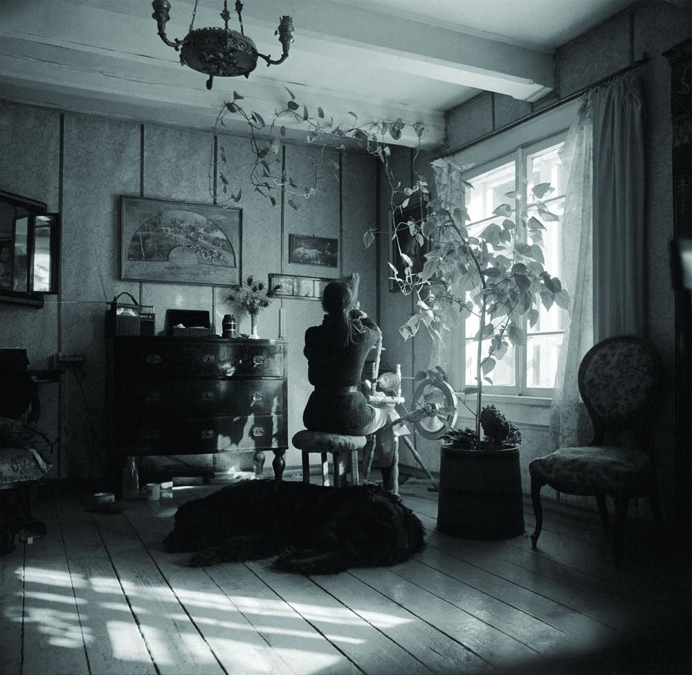 Wnętrze leśniczówki Dziedzinka Simona urządziła pamiątkami z rodzinnej Kossakówki, fot. Lech Wilczek