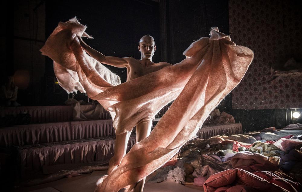 """Scena z przedstawienia """"Skąpiec"""", reżyseria: Ewelina Marciniak, fot. Magda Hueckel / Teatr Polski im. Hieronima Konieczki Bydgoszcz"""