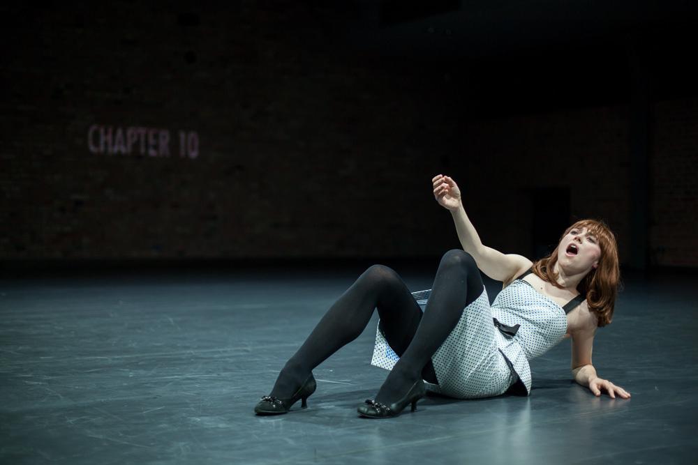 """Zdjęcie z przedstawienia """"Śmierć 24 klatki na sekundę albo zrób mi tak jak w prawdziwym filmie – choreografia spowolniona w rozdziałach"""" Agaty Siniarskiej, fot. Jakub Wittchen dla Art Stations Foundation by Grażyna Kulczyk"""
