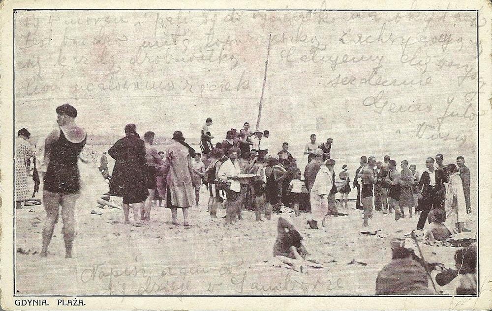 Wypoczynek na plaży w Gdyni Orłowie, lata 30. XX wieku, źródło: pocztówka ze zbiorów Alicji Młyńskiej